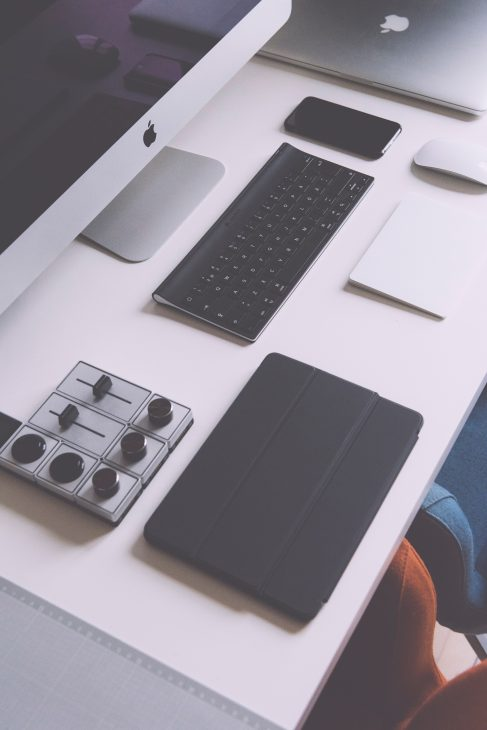 Symbolbild: Austausch von Netzteilsteckern bei Apple-Produkten